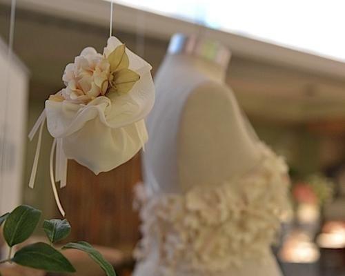 Bomboniera in raso con fiore decorativo