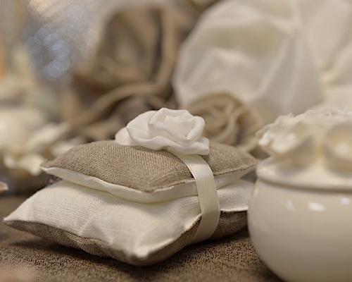 Dettaglio bomboniera cuscinetto in materiale grezzo