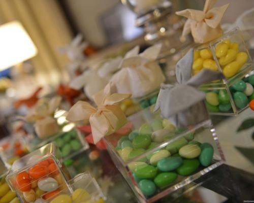 Assortimento di bomboniere con confetti colorati