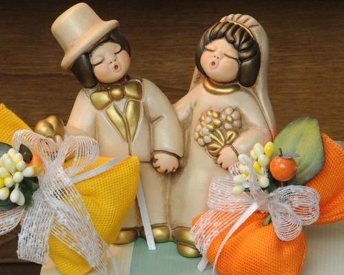 Coppia di sposi con bomboniere