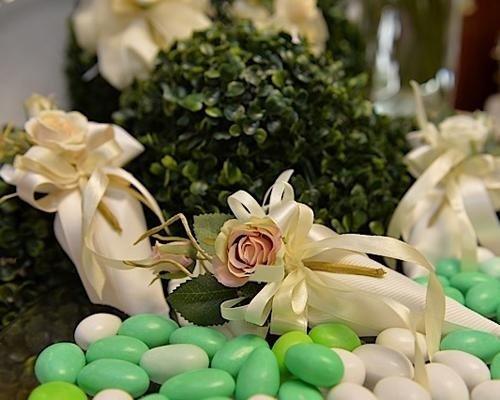 Bomboniere con fiore e confetti verdi