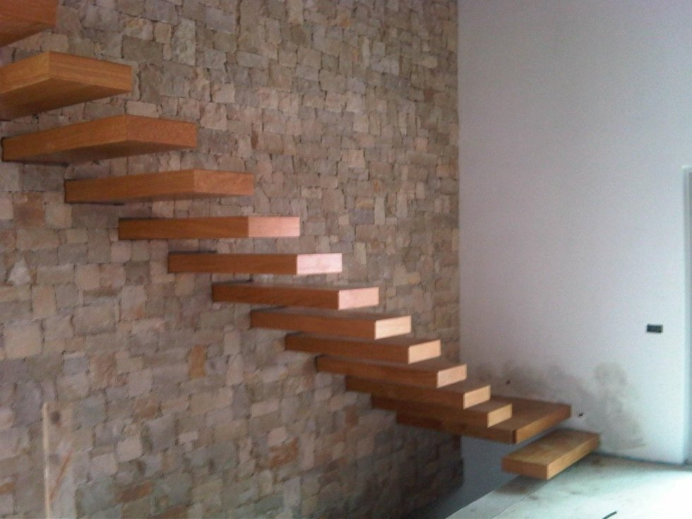 scala sospesa in legno