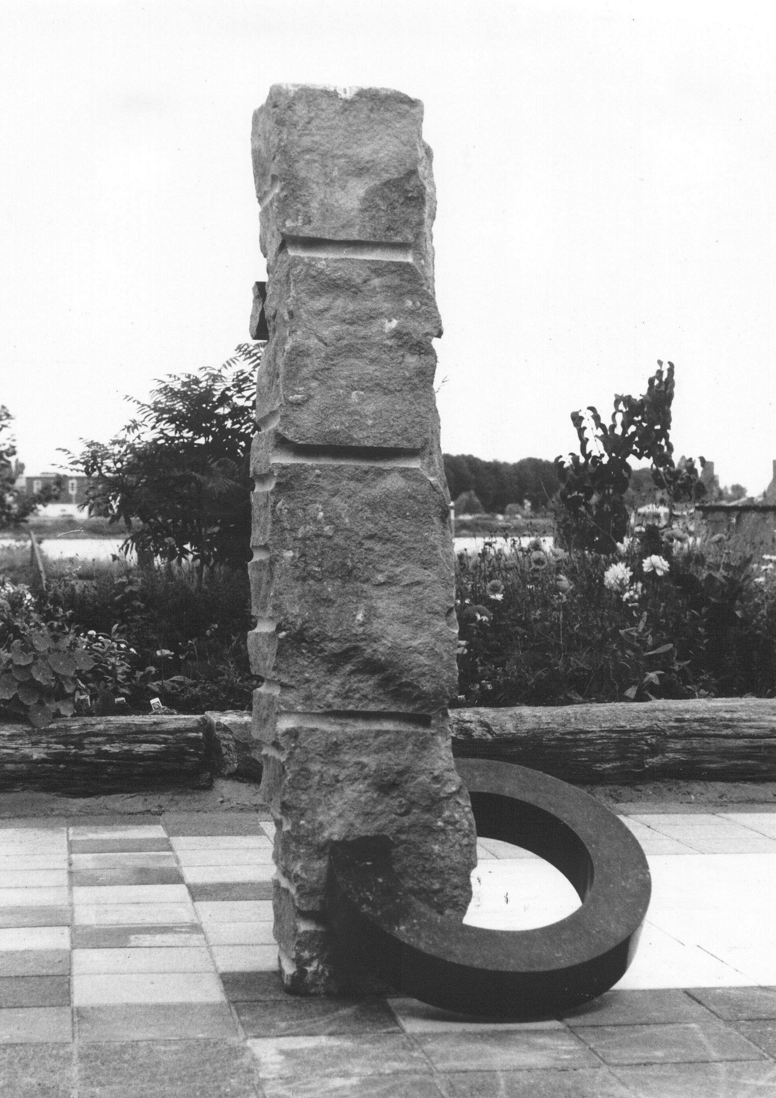 Gebroken verbinding (1985, hardsteen). In de collectie van Prinses Beatrix.