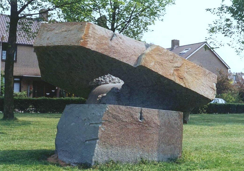 Hellend Vlak (1987, dolomiet). Beeld staat in Amersfoort.