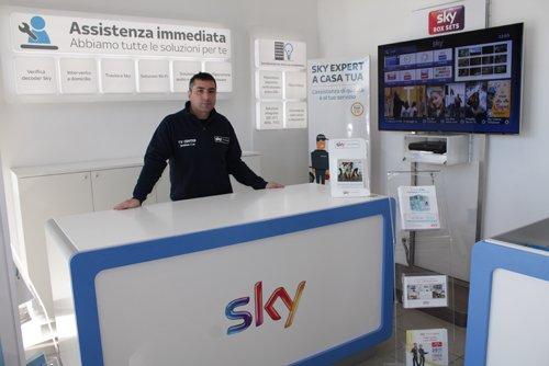 commesso negozio sky in posa per una foto pubblicitaria