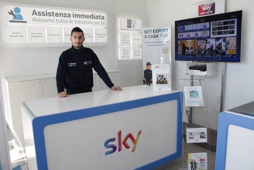 commesso negozio SKY digitale terrestre