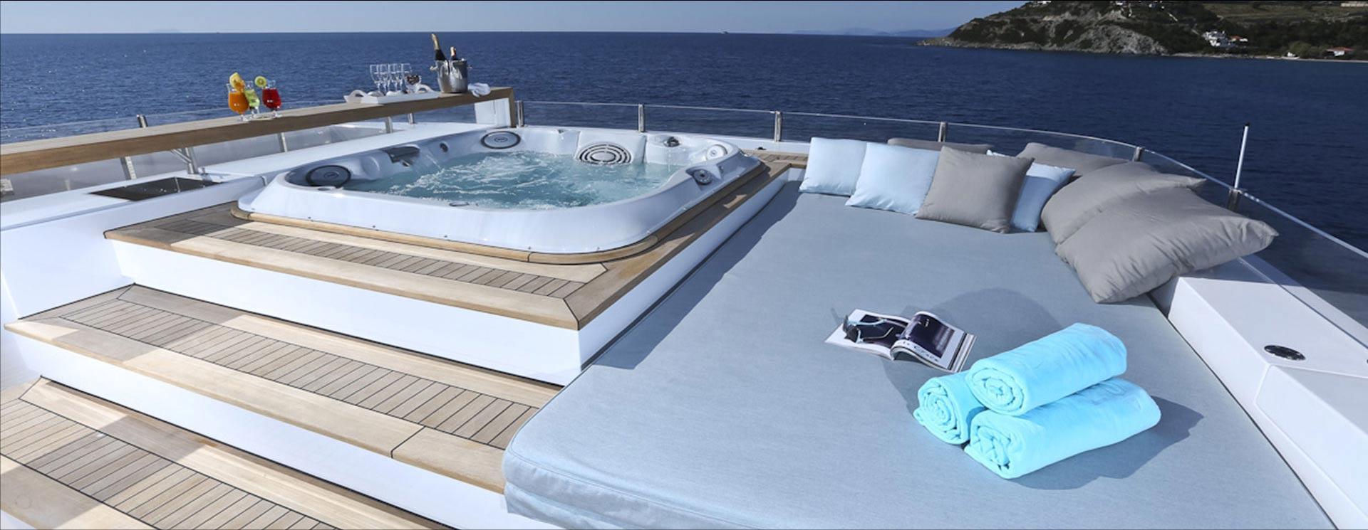 una jacuzzi su una barca di lusso