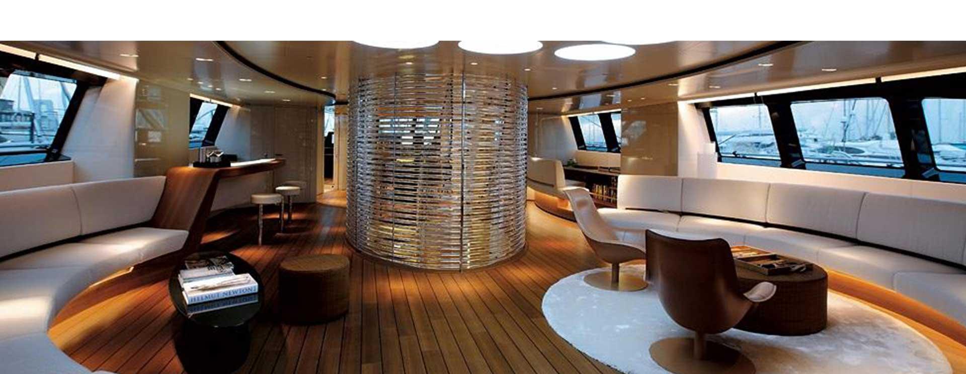 una sala con due divani a curva in una barca