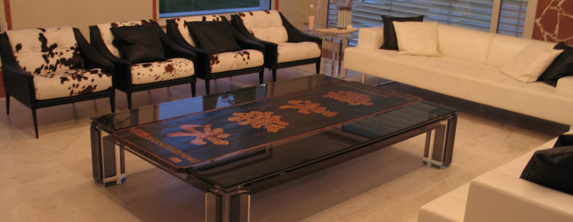 un divano di pelle di color bianco e delle poltrone