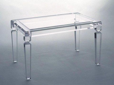 un tavolo in plexiglass