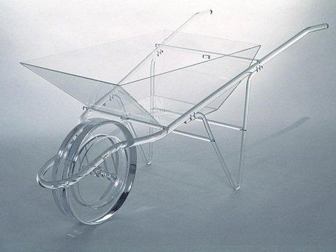 una carriola in plexiglass