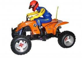 un modellino di un uomo con un casco su un quad arancione