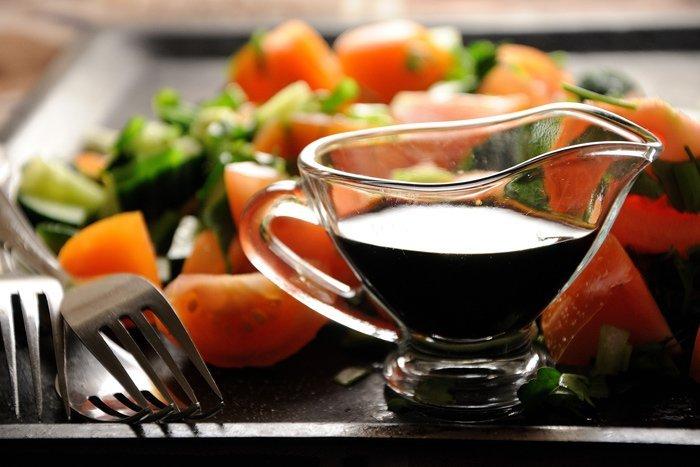 Verdure fresche impiattate con aceto balsamico