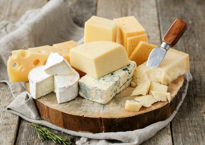Tagliere con formaggi di vario tipo