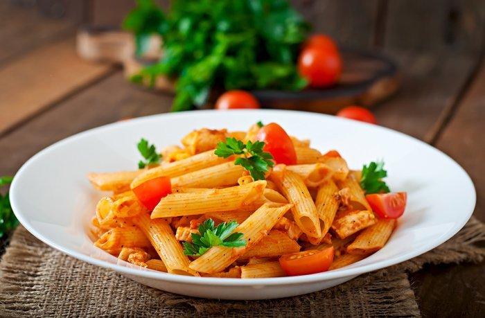 Un piatto di pasta al pomodoro e basilico