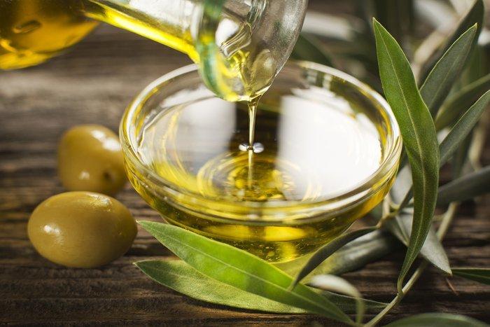 Una ciotola con olio extravergine di oliva