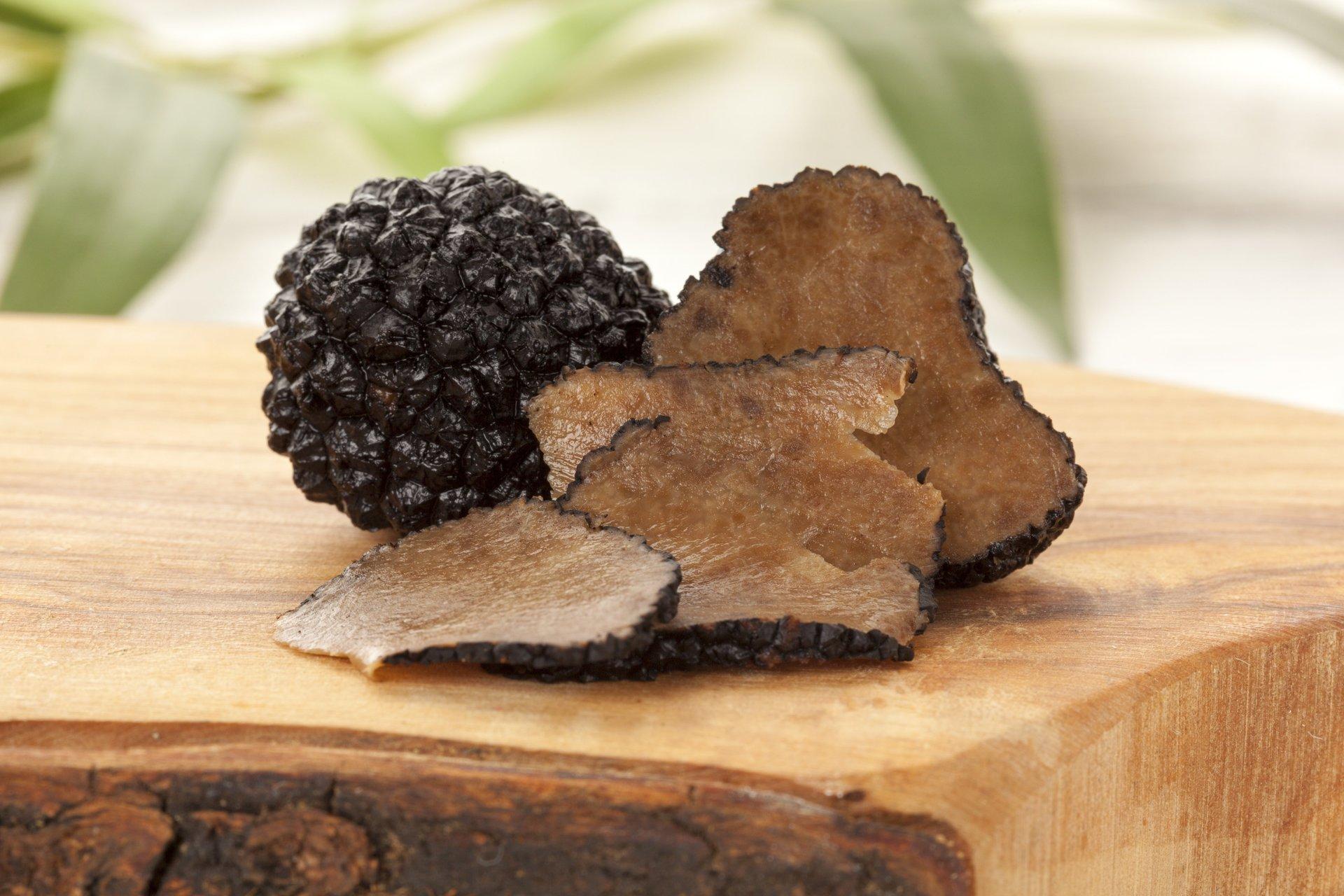 Tagliere con tartufo nero a fette