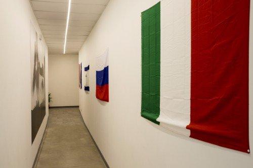 un corridoio con delle bandiere di alcune nazioni