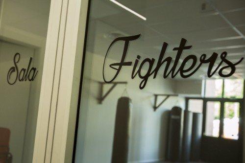 una vetrata con scritto Sala Fighters