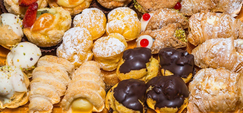 Dolci siciliani con il cioccolato e panna alla pasticceria in Messina