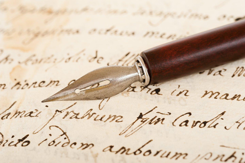 penna stilografica su un foglio di carta scritto in corsivo