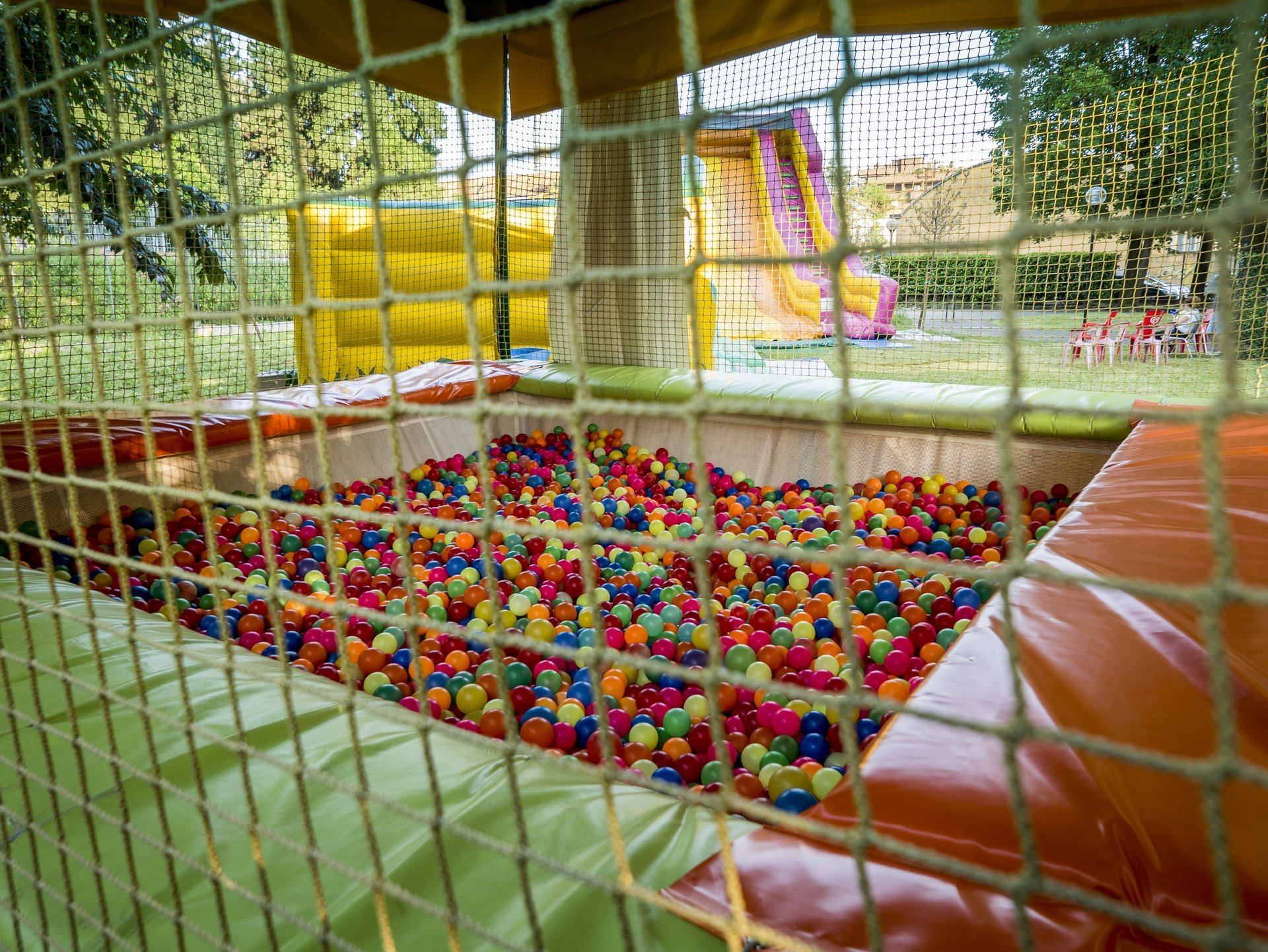 gioco gonfiabile con palline colorate