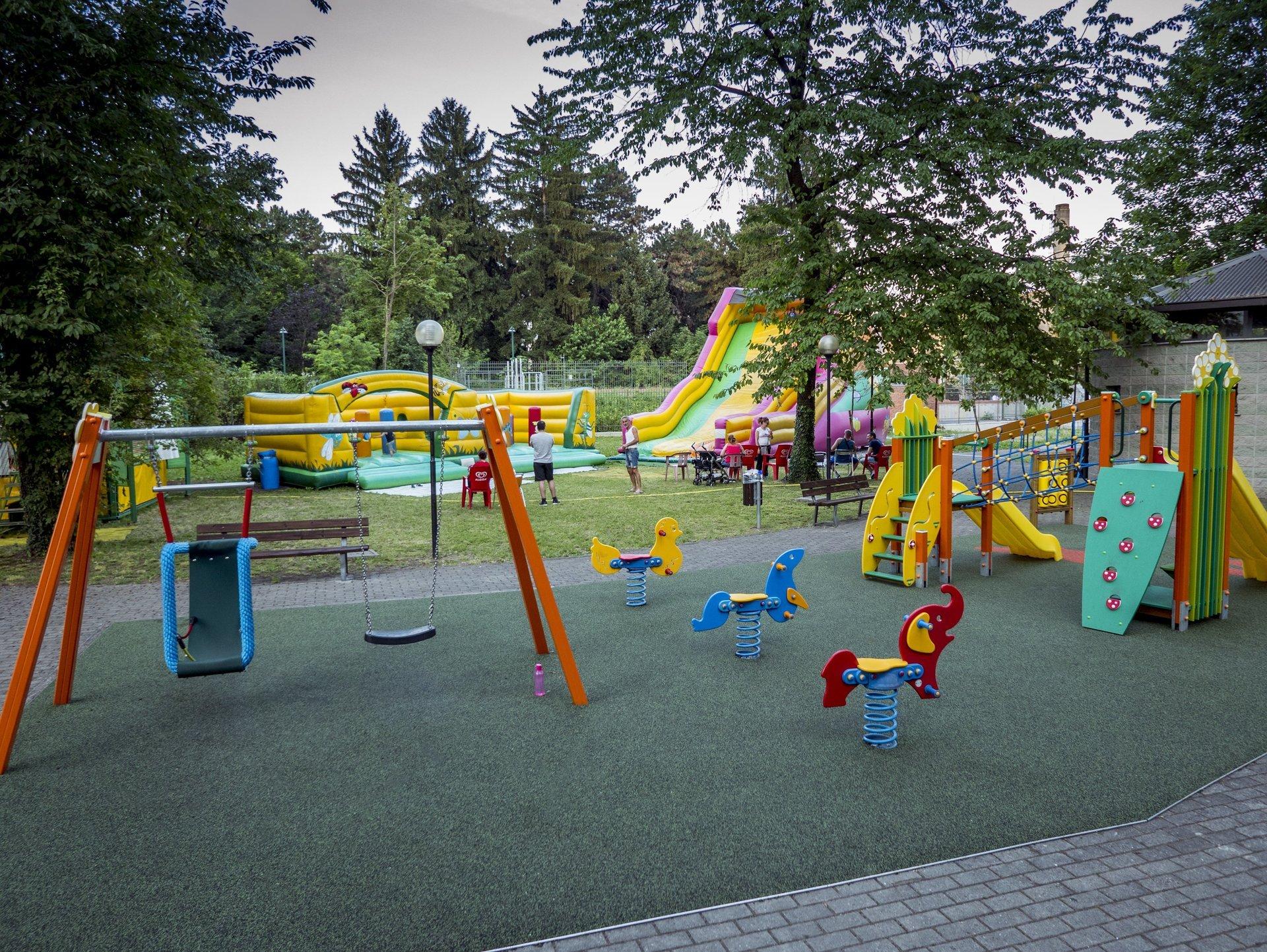 parco giochi con genitori e bambini