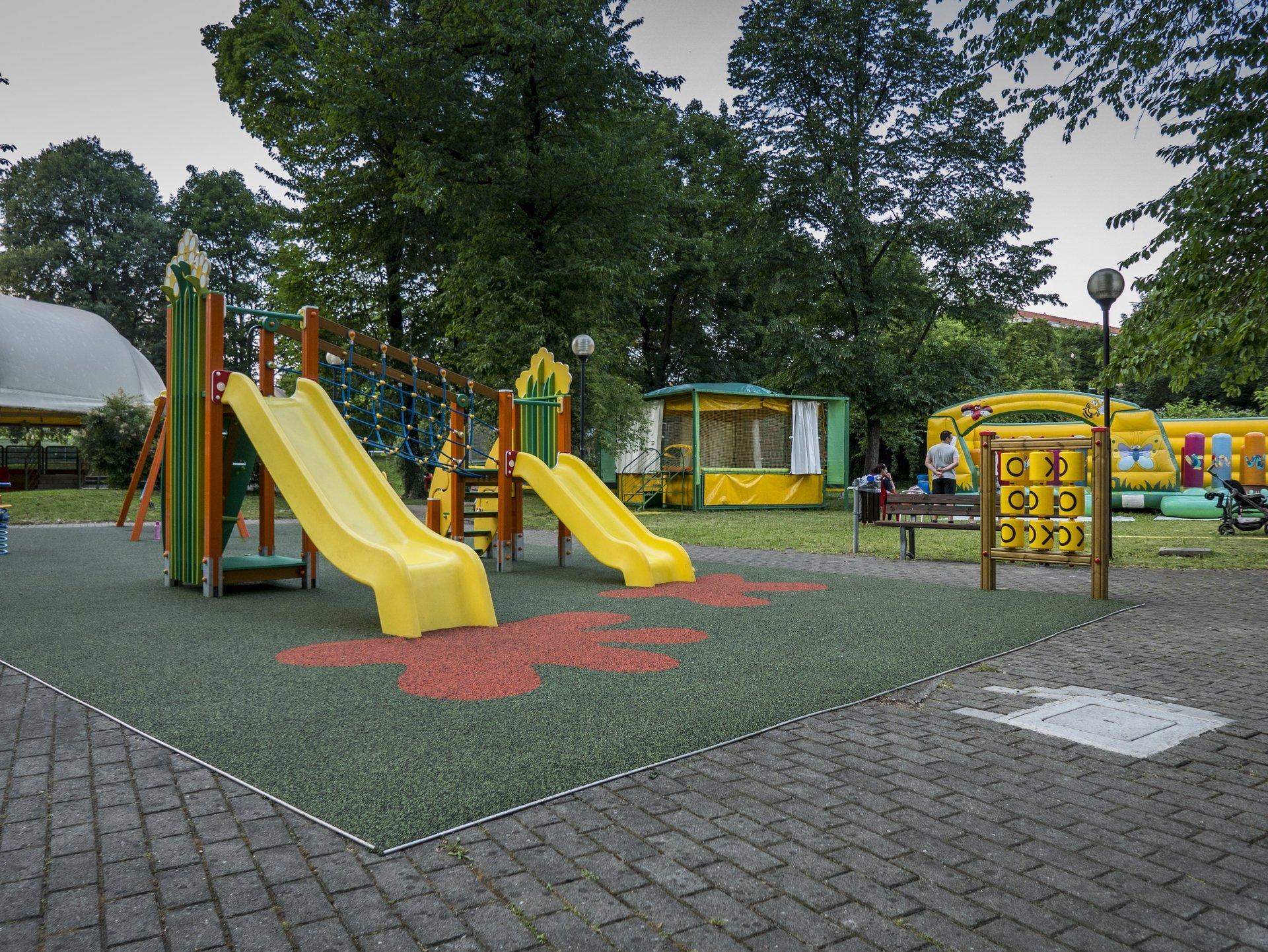 scivoli gialli e giochi per bambini