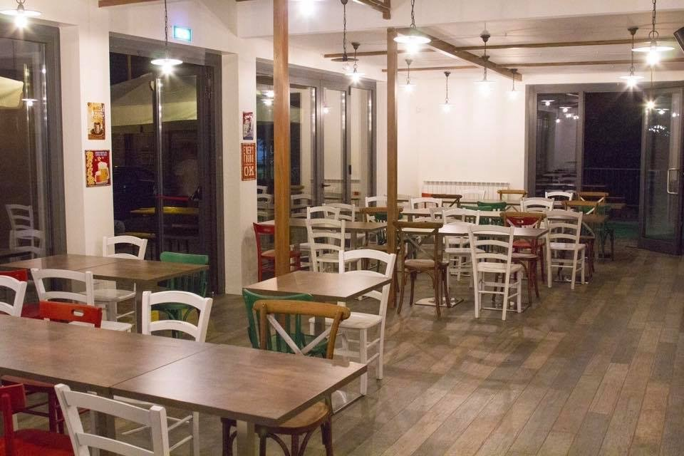 interno sala ristorante con tavoli e sedie
