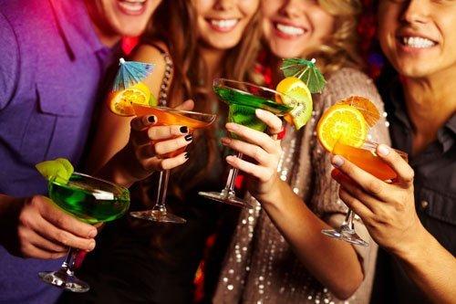 ragazzi con sorridente mentre celebrano al bar