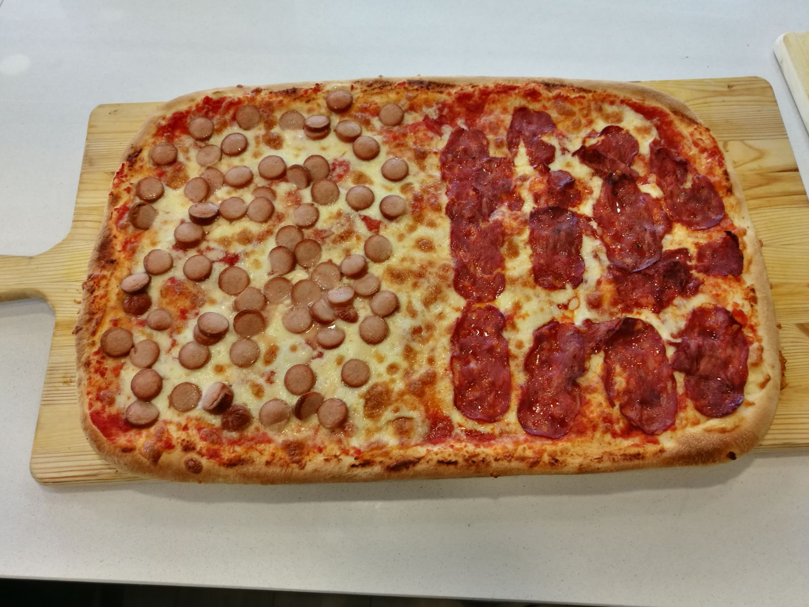 Pizza ai wurstel e al salame piccante