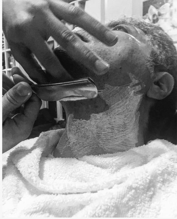 barbiere che fa la barba a un cliente