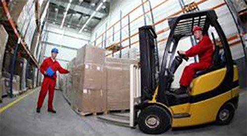 operaio a bordo di un muletto che carica uno scatolone