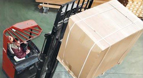 operatore a bordo di un muletto si occupa del trasporto di uno scatolone