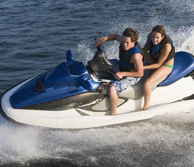 tee jay mechanical repairs couple in motor boat