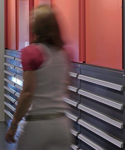 una donna e uno scaffale polifunzionale in metallo bicolore
