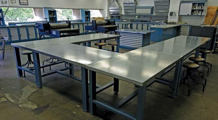 banchi da lavoro e armadi all'interno di un'aula