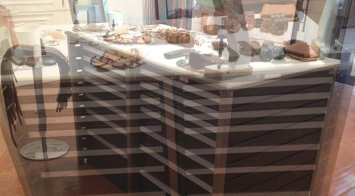 bancone con cassetti visto dalla vetrina