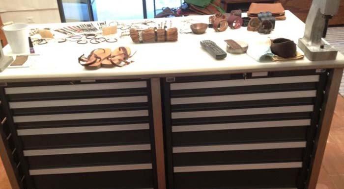 primo piano di bancone con cassetti
