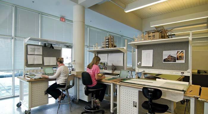 aula universitaria con postazioni da lavoro