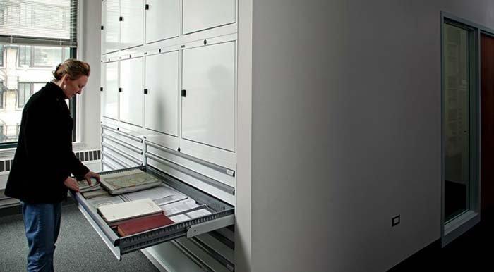 armadi in metallo all'interno di biblioteca