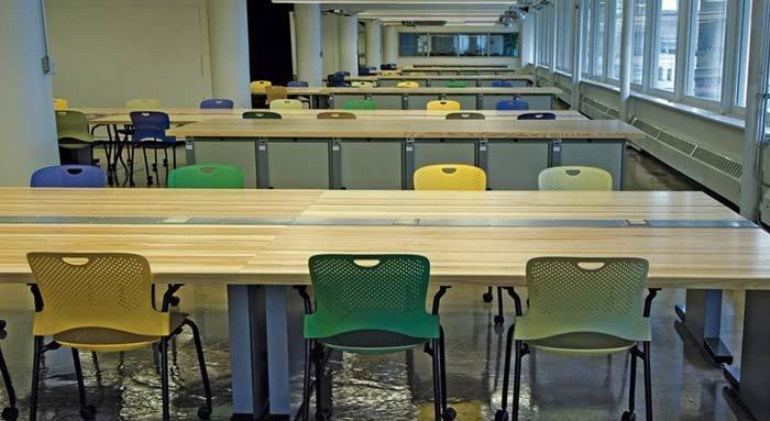 banchi universitari in legno e sedie