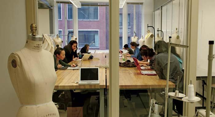 aula di scuola di moda con banconi in legno e metallo