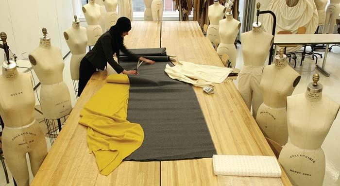 tavolo in legno all'interno di laboratorio di moda