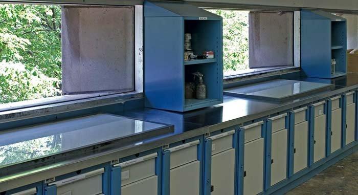 laboratorio con mobili in metallo