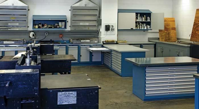 laboratori con armadi e cassettiere in metallo