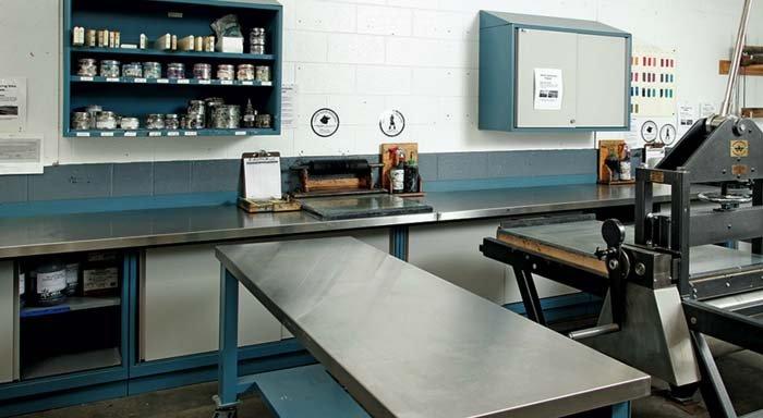laboratorio con banchi da lavoro e scaffali