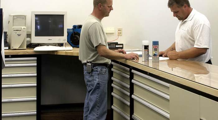angolo da lavoro con cassettiere metalliche