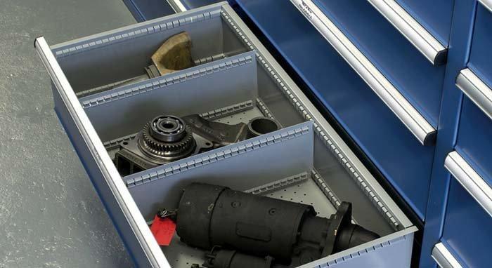dettaglio di cassetto con strumenti