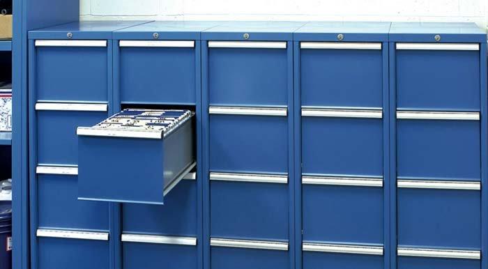 armadio in metallo con cassetto aperto